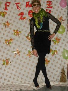 Vestido negro con plumaje en falda.