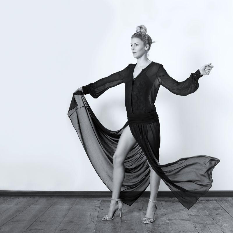Vestido negro-gasa, sandalias tiras.