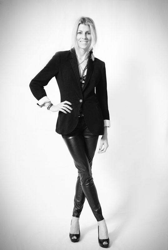 blazer negra y pantalon de cuero