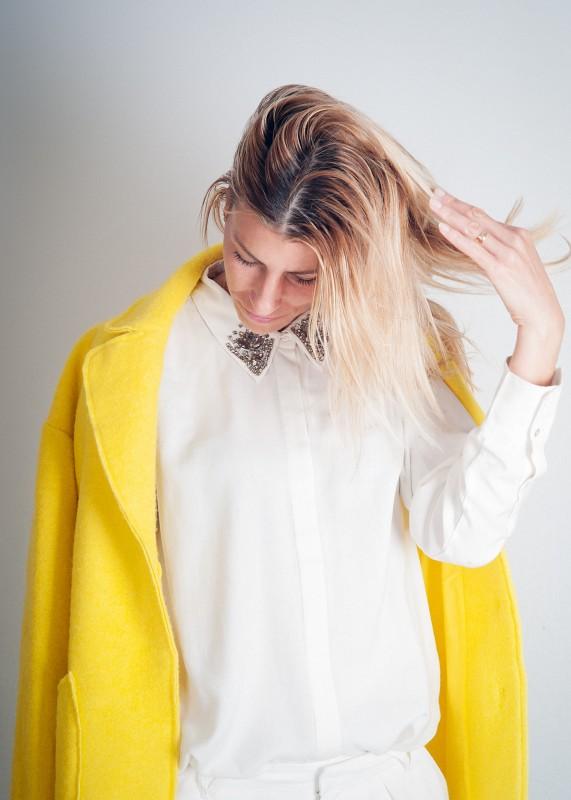 camisa blanca con apliques en solapa!