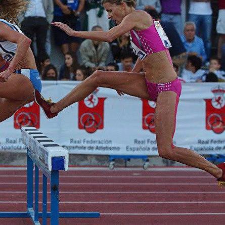 Eva Arias al paso de un obstáculo.