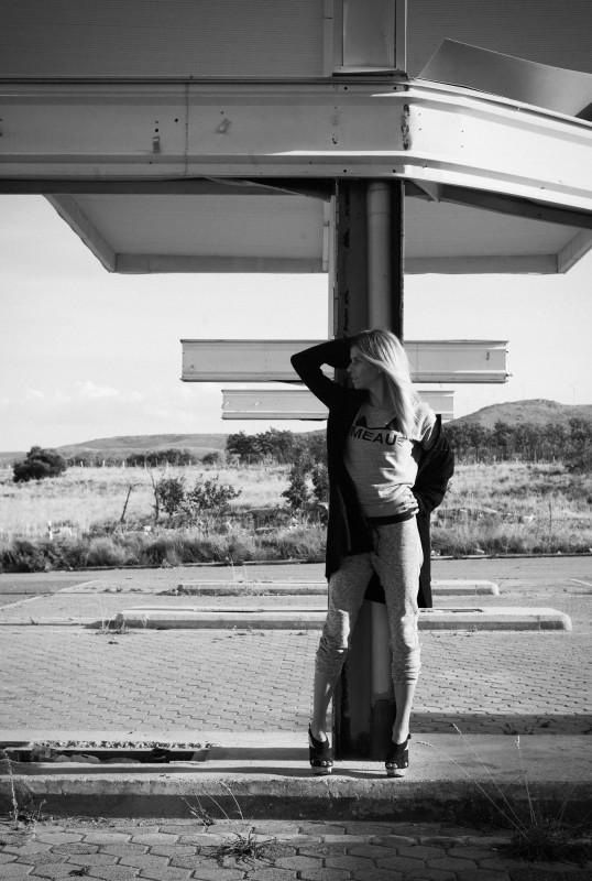 sandalias negras+ chaqueta tres cuartos negra