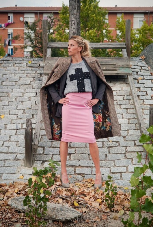 Eva Arias, falda rosa tubo