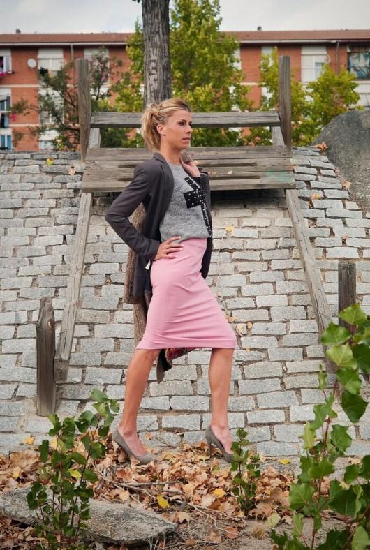 Eva Arias, falda tubo rosa